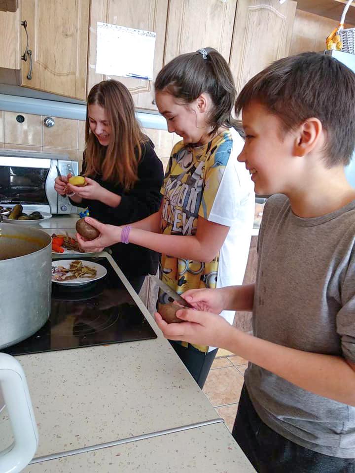 Счастливые дети готовят вкусные блюда